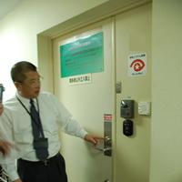 鍵・非接触型のICカード認証(入退室管理システム)・インターホン・警備シール・関係者以外立ち入り禁止のボード