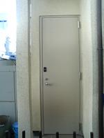 勝手口ドアをアルミからスチール(鉄)扉へ全面交換(施工後)